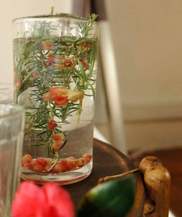 Água aromatizada com alecrim e romã
